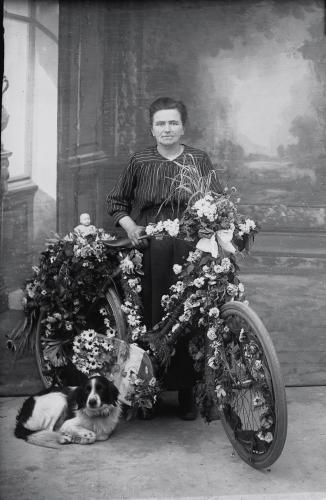 Madame Yvonne-vélo.jpg
